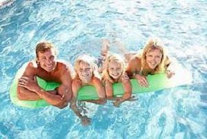 Отдых на  бассейне летом .